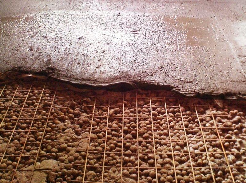 Заливка бетонной стяжки по керамзиту с использованием армирующей сетки.