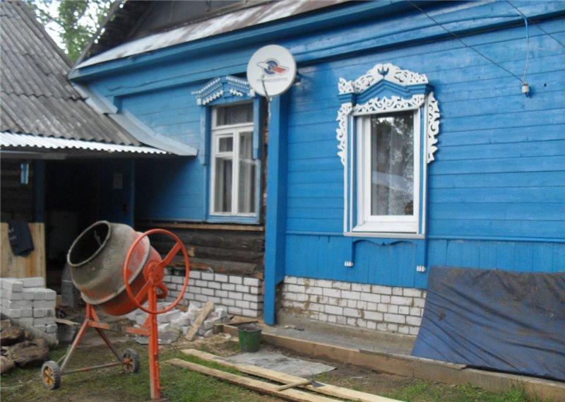 Замена нижних венцов деревянного дома на кирпич поможет в дальнейшем избежать необходимости ремонта основания сооружения