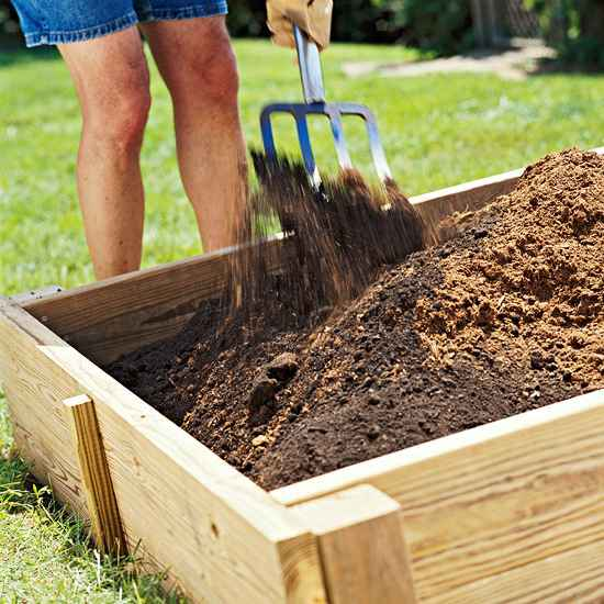 Заполнение деревянного каркаса плодородным чернозёмом