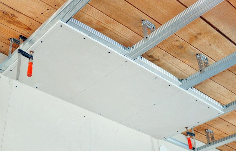 Зашивка деревянного потолка листами гипсокартона.