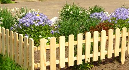 Аккуратная ограда для клумбы