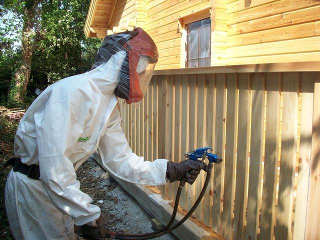 Алкидная пропитка для дерева достаточно ядовита, поэтому пользоваться ею можно только снаружи, и в процессе работы обязательно необходимо предусмотреть использование средств защиты