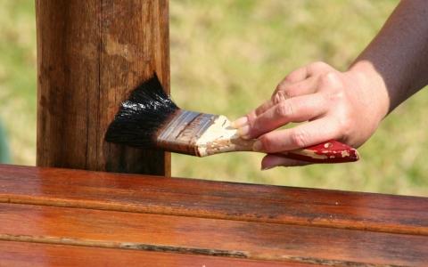 Американская морилка для дерева позволяет тонировать различные детали дома.