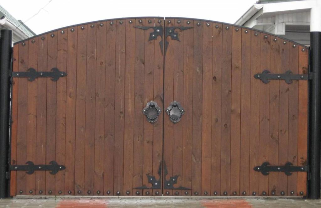 Арочные деревянные ворота под старину