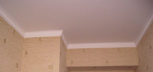 Багеты в одном цвете с потолком делают комнату просторнее
