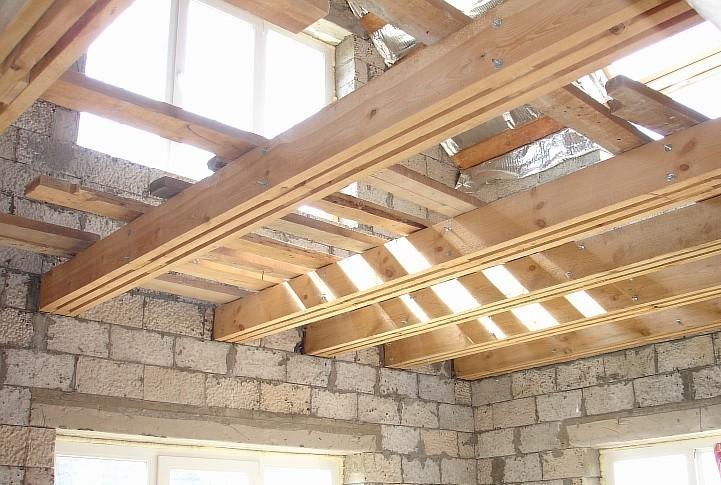 Балки перекрытия уложены в строении из блоков.