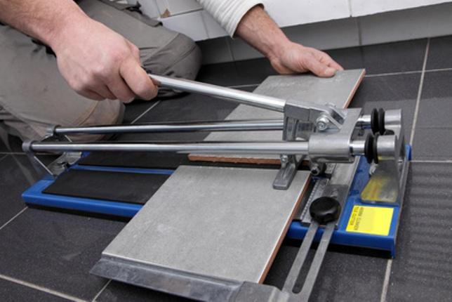 Базовый инструмент для резки плитки.