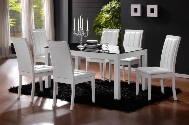 Белые деревянные стулья для кухни прекрасно смотрятся в классических стилях интерьера.