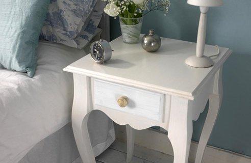 Белый прикроватный столик.