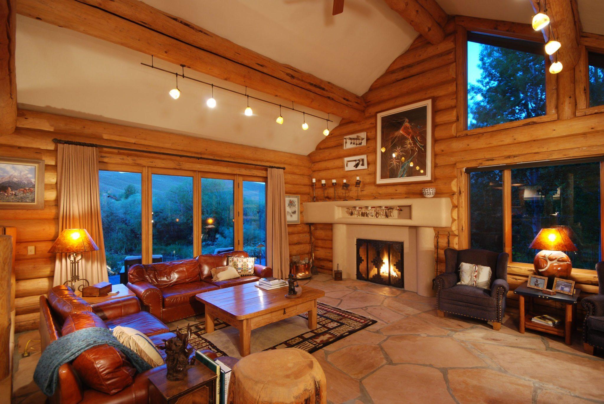 Блок-хаус в охотничьем стиле интерьера