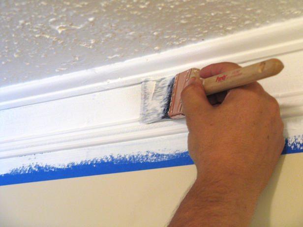 Чтобы краска не попадала на стену, используем малярный скотч