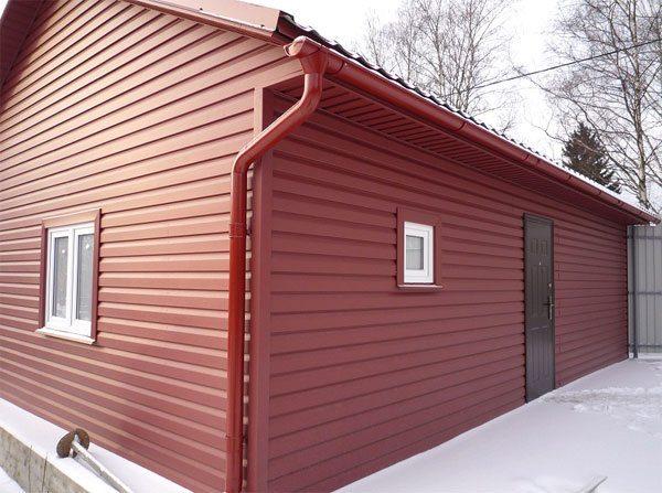 Дачная постройка, облицованная металлическими планками