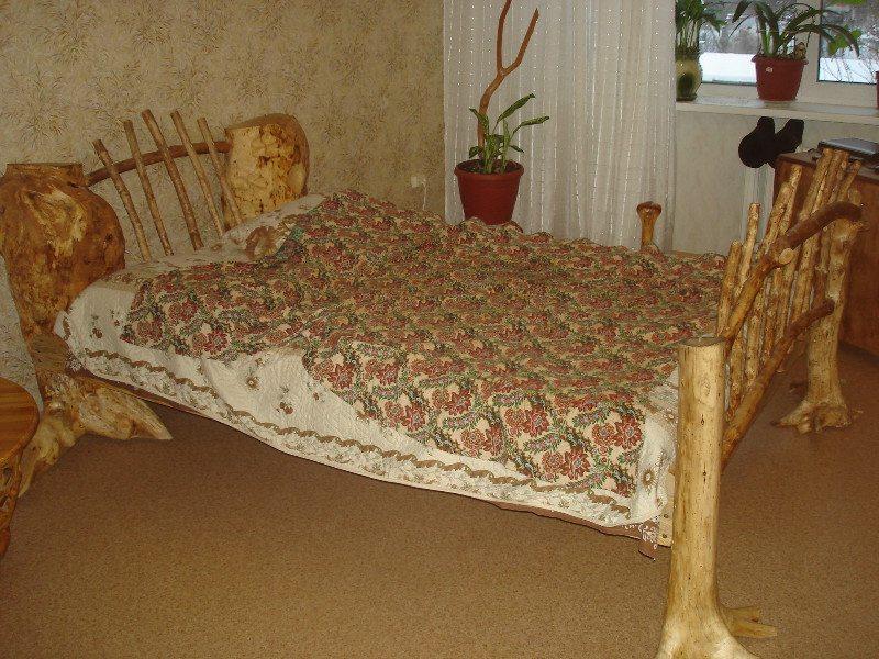 Даже кровать можно собрать из того, что всегда под рукой.