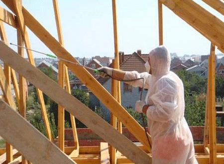 Даже на открытом воздухе работать следует в защитном костюме, как на этом фото
