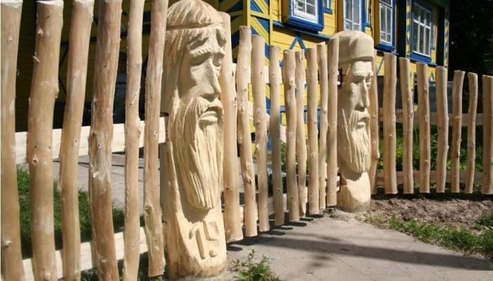 Декоративные деревянные столбы для забора