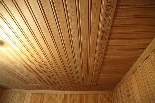 Декоративные рейки отлично смотрятся на потолке.