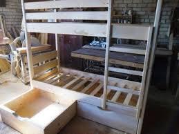 Делая чертежи деревянной кровати своими руками, вы можете предусмотреть снизу расположение двух ящиков для хранения постельного белья