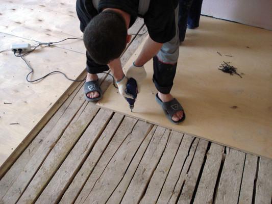 Демонстрируется использование древесных плит.