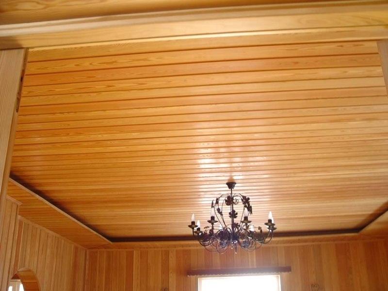 Деревянная отделка потолка с применением вагонки