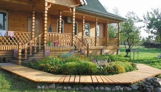 Деревянное крыльцо с двумя лестницами