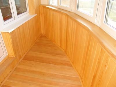 Деревянное покрытие обработано водостойким лаком.