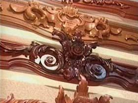 Деревянные багетные карнизы могут выглядеть как настоящие произведения искусства