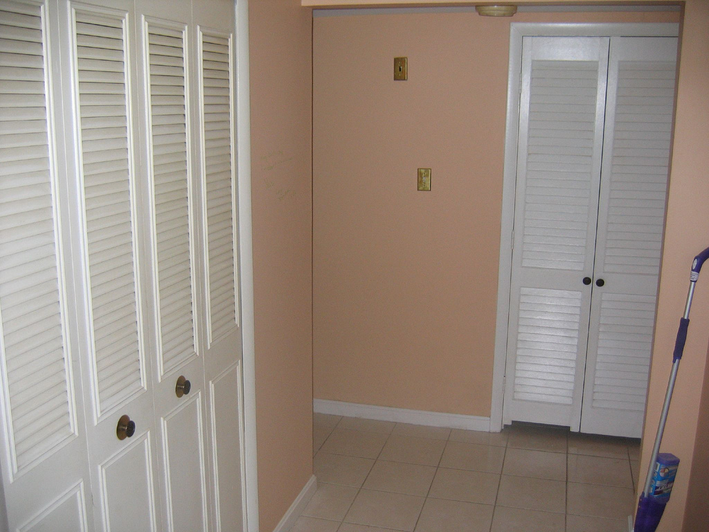 Деревянные двери жалюзи в подсобные помещения