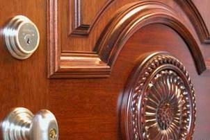 Деревянные накладки на металлические двери с наружной стороны