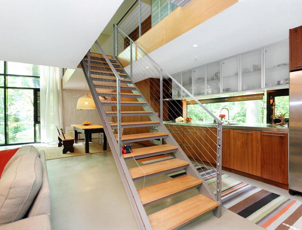 Деревянные накладки на ступени на металлической лестнице