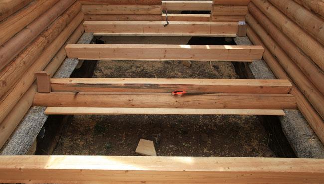 Деревянные полы в бане начинаются с установки лаг