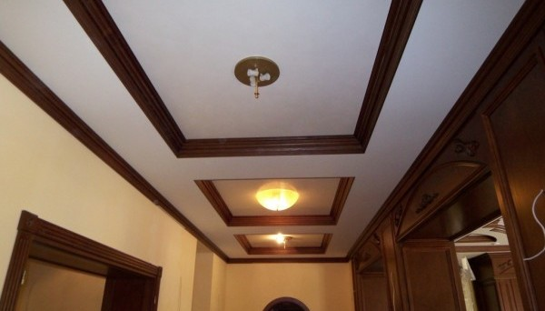Деревянные потолочные плинтуса