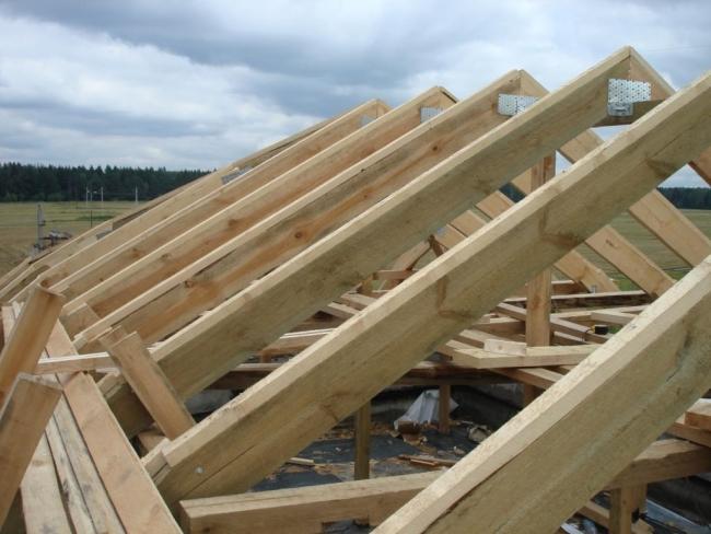 Деревянные стропила для крыши, на которых мы будем крепить обрешетку