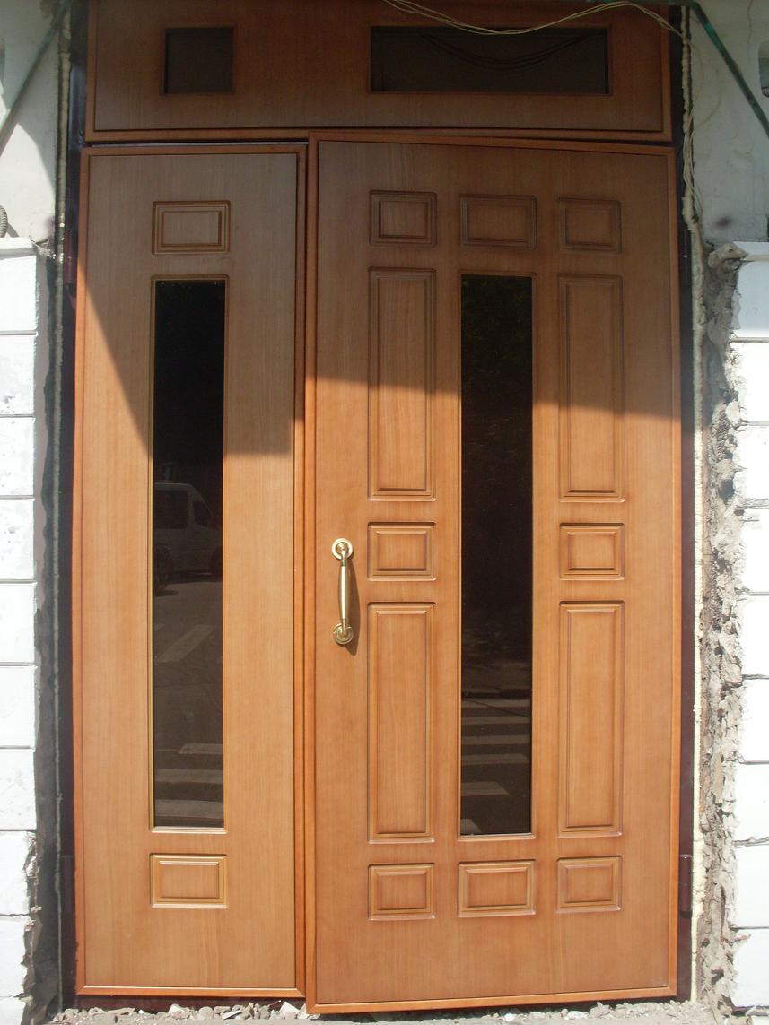 Деревянные тамбурные двери могут стоять как снаружи, так и в подъездах и других помещениях общественного пользования