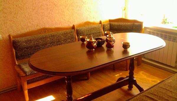 Деревянный овальный стол