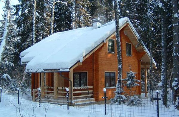 Деревянный дом хорошо защищает от зимних холодов
