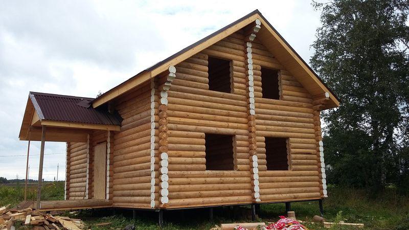 Деревянный дом рубленный в лапу из оцилиндрованных брёвен