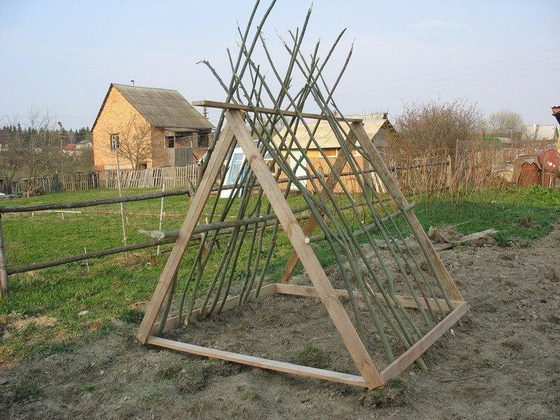 Деревянный каркас шалаша на огородном участке