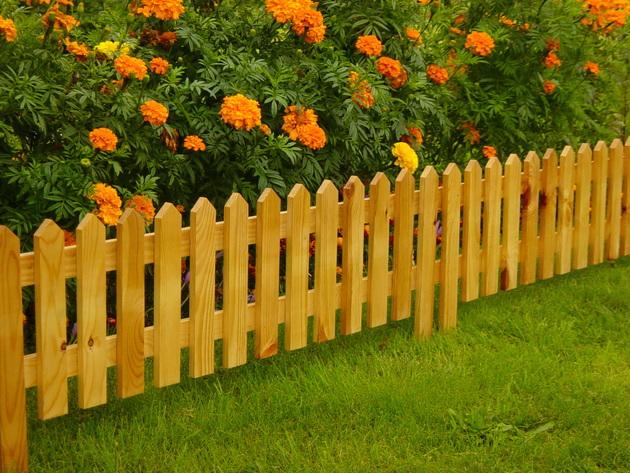 Деревянный штакетник для ограждения цветочной клумбы.