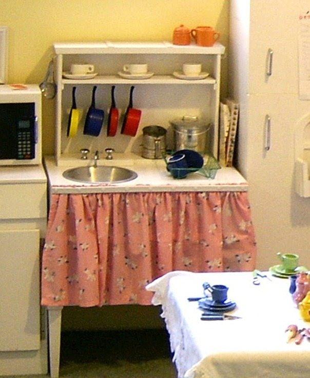 Детская кухня своими руками из фанеры делается так же, как и обычная мебель – естественно, с поправкой на миниатюрные размеры