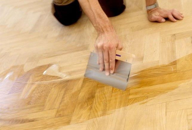 Для пола лучше всего подходит шпатель шириной 15-25 сантиметров с эластичным резиновым краем