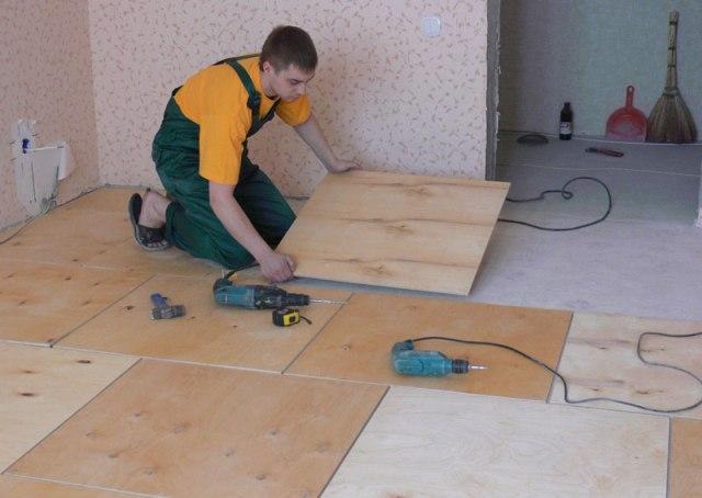 Для ровного бетонного основания достаточно фанеры толщиной 10-12 мм.