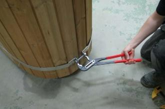 Для стяжки хомута можно использовать газовый ключ.
