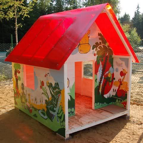 Для того чтобы внутри было больше света, можно использовать поликарбонат, а рисунки на стенах позволят сделать домик оригинальнее