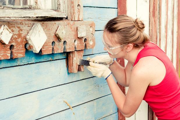 Для труднодоступных мест используются узкие шпатели или любые другие подручные приспособления