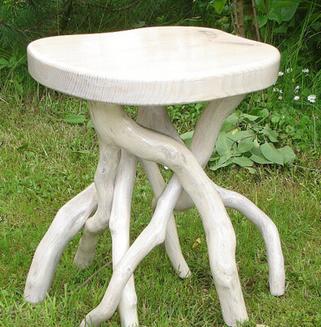 Для уличного стола можно подобрать корневища или причудливо изогнутые ветки, это смотрится очень необычно