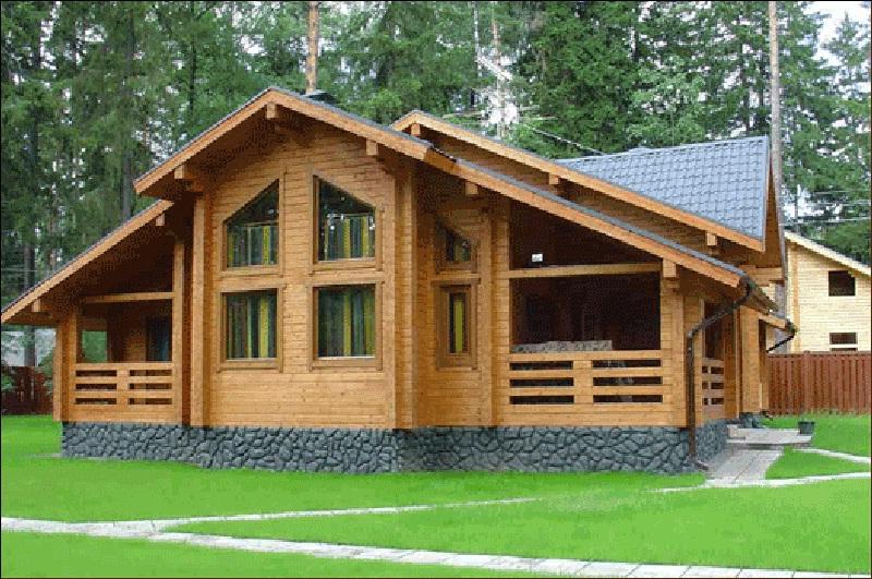 Дом из профилированного бруса превосходно смотрится в природном окружении
