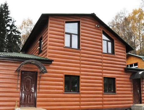 Дом, облицованный сайдингом «бревно»