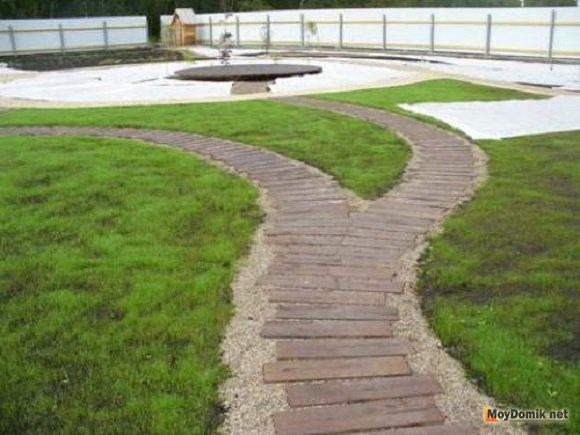 Древесина, тесно контактирующая с землёй, обрабатывается антисептиком для предотвращения процессов гниения