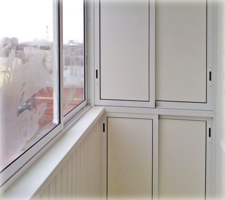 Древесные дверцы, установленные на балконном шкафу