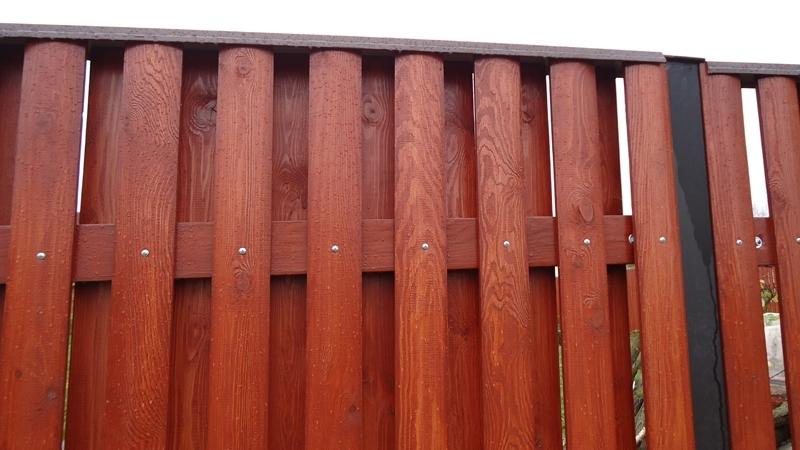Двойной деревянный забор сочетает в себе функциональность и привлекательность
